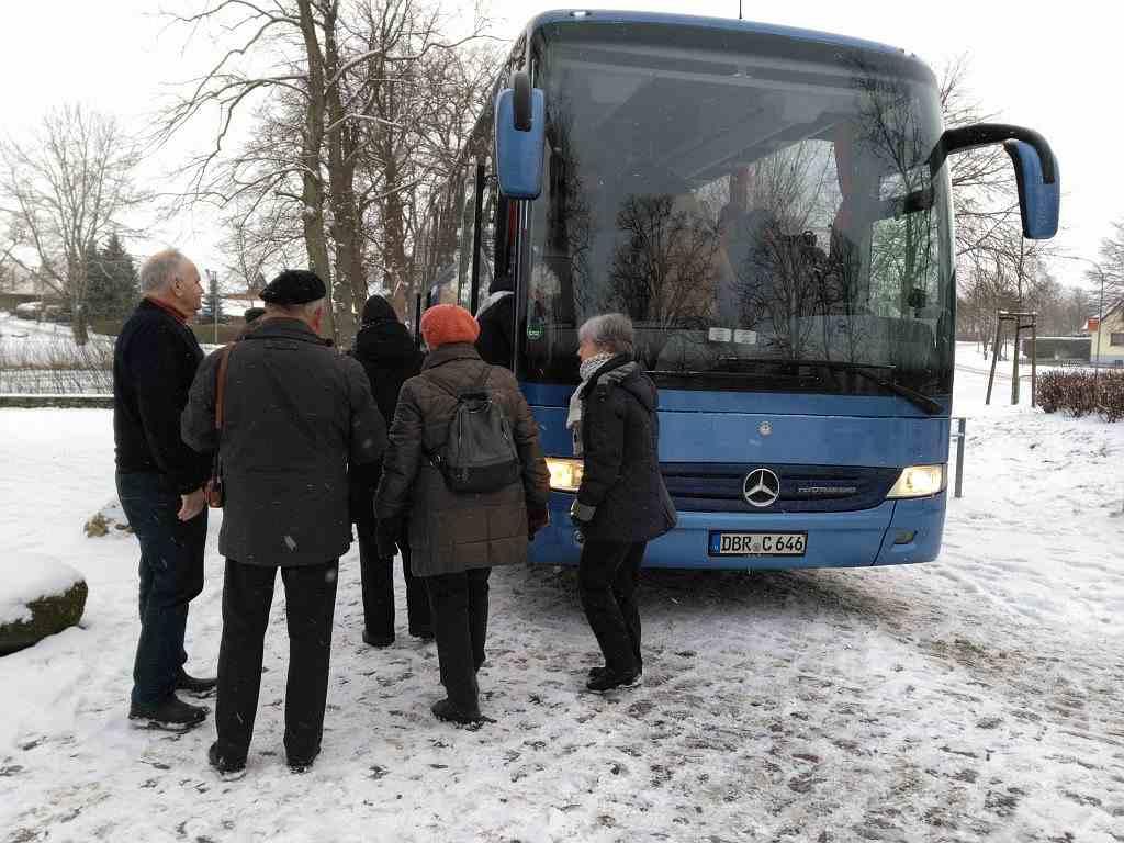 Besucher steigen in Reisebus
